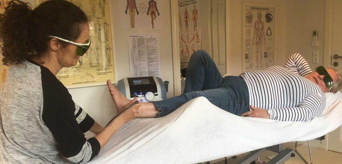 En klient modtager behandling med laser og ultralyd hos Aku-Fysio Klinik