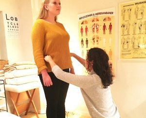 En klient modtager et posturologisk tjek af kropsholdningen af Liselotte Buch hos Aku-Fysio Klinik
