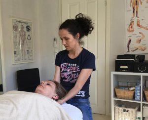 En klient modtager en akut behandling for skade i nakken hos Aku-Fysio Klinik