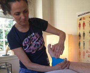 En klient modtager en behandling af ankel skade hos Aku-Fysio Klinik